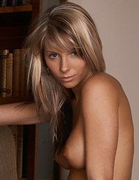 Model danae in bookwomen
